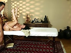 Veronica Avluv asked her massage therapist to give her a pussy massage until she cums